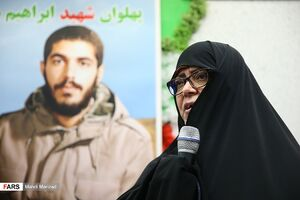 فیلم/ همراهی خواهر شهید هادی با دختران  انقلاب
