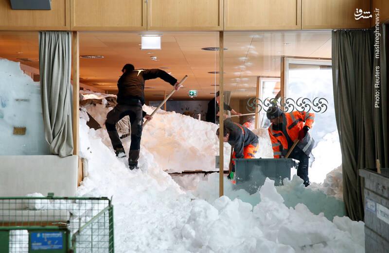 پناهگاه کوههای سانتیس در سوئیس بر اثر بارش شدید برف به این روز افتاده است.