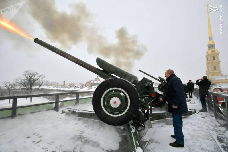 شلیک توپ توسط پوتین در قلعه نظامی سنپترزبورگ