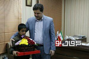 عکس/ دلجویی شهردار کرمان از کودک گل فروش