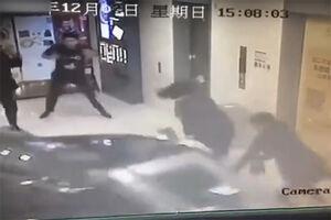 فیلم/ ورود سرزده خودرو به مرکز خرید!