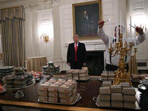عکس/ پذیرایی«فست فودی»ترامپ از تیم فوتبال