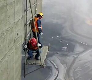 فیلم/ فعالیت خطرناک کارگران در ارتفاع
