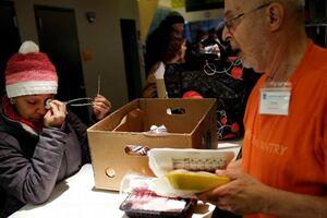 کارمندان دولت آمریکا در صف غذای خیریه +عکس