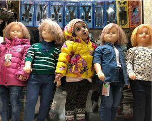 عکس/ ژست فرزند کارگردان معروف در کنار عروسکها