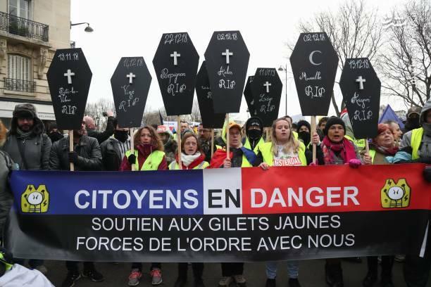 معترضان در پاریس پلاکاردهایی را به صورت تابوت با خود حمل میکنند