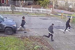 فیلم/ حمله عجیب خودروی شاسی بلند به چند عابر!