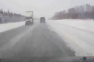 فیلم/ تصادف مرگبار دو خودرو در جاده یخ زده!