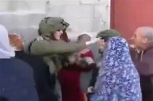 فیلم/ کتک خوردن افسر صهیونیستی از زنان!
