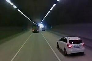فیلم/ لِه شدن خودرو زیر چرخهای کامیون!