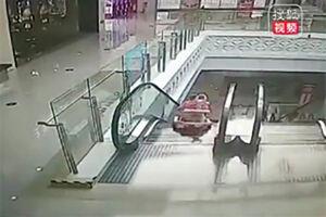 فیلم/ سقوط کودک بازیگوش از پله برقی!