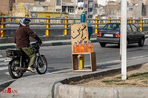عکس/ دستفروشی بنزین در خیابانهای تهران!