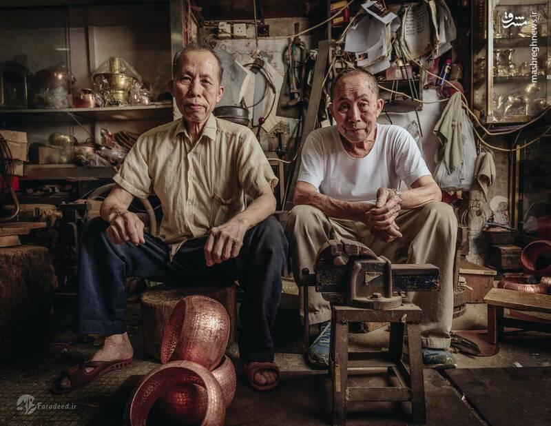 برادران لوک شو چوی و لوک چئونگ چوی بیش از ۸۰ سال است که مشغول تهیه وسائل مسی دست ساز برای رستوران ها، چای خانهها و هتلهای هستند. آنها این کار را از پدرشان آموخته اند و هنوز در همان مغازه، علی رغم مشکلاتی مثل نبود سیستم تهویه هوا، کار میکنند.