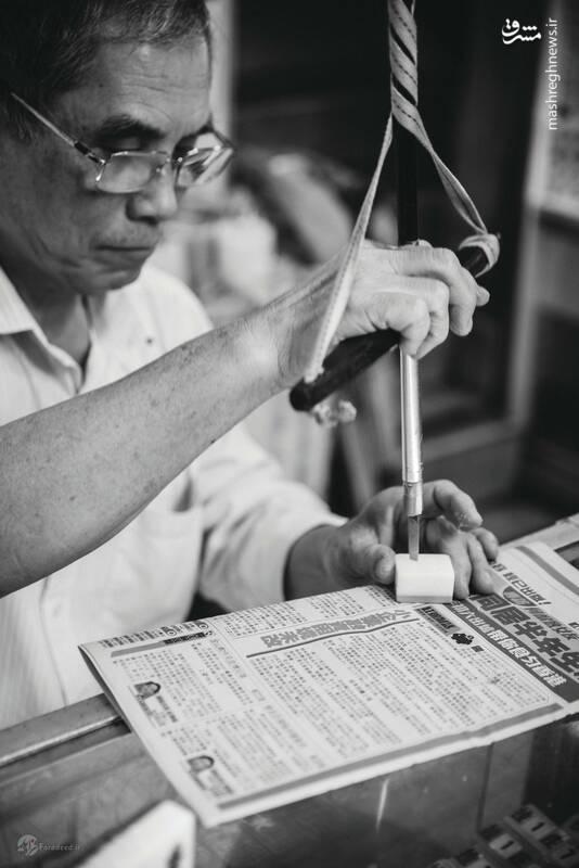 آقای چئونگ بیش از ۴۰ سال است که کاشیهای بازی ماهژونگ، یکی از بازیهای سنتی آسیای شرقی، را تولید میکند. او این کار را از پدر و پدربزرگش و در مغازه خانوادگی شان یاد گرفته است. جالب اینجاست که او هرگز خودش این بازی را یاد نگرفته است.