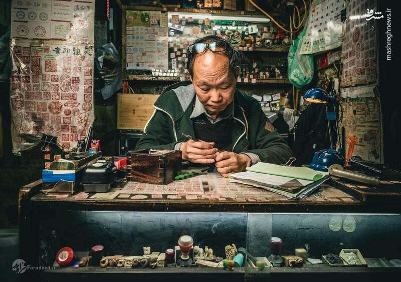 ماک پینگ لم، ۶۸ ساله، وقتی ۱۰ ساله اش بود ساخت مهر چینی را یاد گرفت. او امروز استاد ساخت مهر چینی کنده کاری شده است. ابزار او برای ساخت مهر ساده اند: فقط چند چاقوی زنگ زده، یک گیره چوبی کوچک، کاغذ سمباده، و مقدار آب معدنی. او برای ساخت مهر از همان شیوه کاملا سنتی استفاده میکند.