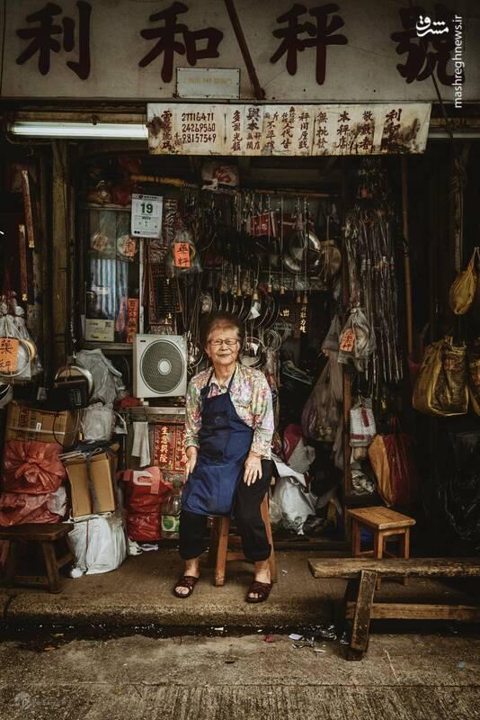 خانم هو، پیرزن است که ۹۰ سال در یک گذر باریک در هنگ کنگ مشغول تولید ترازوهای دستی بوده است. او این کار را وقتی ۱۲ ساله اش بود از پدرش آموخت. با کم شدن تقاضا برای این محصول و ضعیف شدن روز به روز چشمهای خانم هو، او مجبور شده از یکی از دوستان قدیمی اش برای ساخت ترازوهای دستی کمک بگیرد. او روزهایی را به یاد میآورد که سفارش پشت سفارش دریافت میکرد.