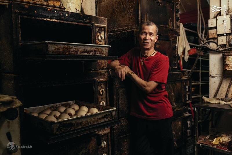 ونگ سیو-پینگ در دهه ۱۹۷۰ از شنزن به هنگ کنگ مهاجرت کرد و از آن زمان به کار نانوایی مشغول است. او میگوید هرگز قبل از ورود به هنگ کنگ نانوایی نکرده بود و حتی از نانوانی خوشش نمیآمد. اما با این حال توسط خویشاوندانش به کار نانوایی معرفی شد.