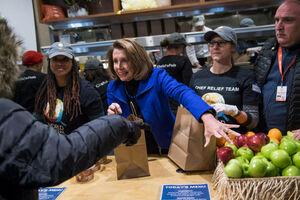 عکس/ توزیع غذا رایگان توسط نماینده دموکرات آمریکا