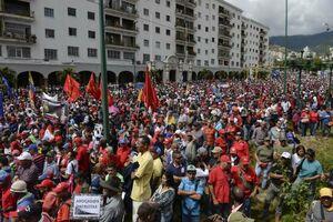 فیلم/ هواداران «مادورو» در مقابل کاخ ریاست جمهوری