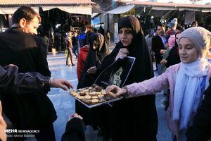 عکس/ پخش شیرینی به مناسبت آزادی مرضیه هاشمی