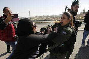 عکس/ درگیری زن فلسطینی با سرباز زن اسراییلی