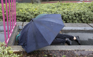 عکس/ خوابیدن زیر باران در لس آنجلس
