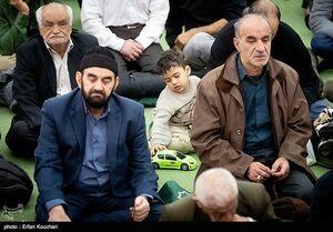 عکس/ ماشینبازی در نمازجمعه!