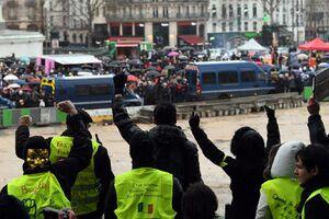 عکس/ تقابل «شال قرمزها» با «جلیقه زردها» در فرانسه