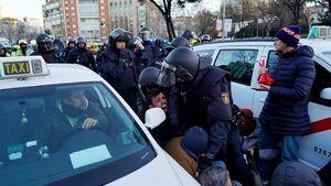 عکس/ درگیری پلیس ضدشورش اسپانیا با رانندگان تاکسی