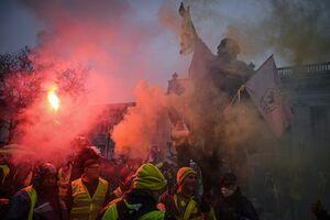 فیلم/ آتش زدن پرچم اتحادیه اروپا توسط جلیقه زردها