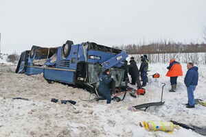 عکس/ واژگونی اتوبوس کودکان در مسکو