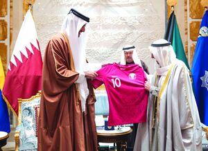 عکس/  اهدای پیراهن تیم ملی قطر به امیر کویت