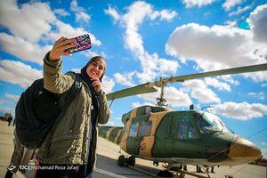 سلفی دختران با جنگنده و هلیکوپتر ارتش +عکس