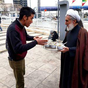 عکس/ پذیرایی امام جمعه تهران در ایستگاه صلواتی
