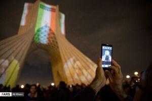 نورافشانی در میدان آزادی در شب ۲۲ بهمن