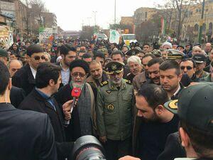 عکس/ راهپیمایی فرمانده ارتش در جمع مردم تبریز