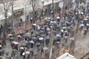 فیلم/ بارش برف همزمان با راهپیمایی مردم یاسوج