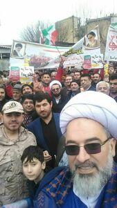عکس/ سلفیگرفتن امام جمعه با مردم در راهپیمایی