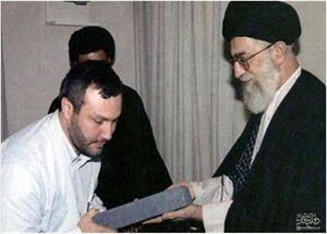 تصویری از شهید مغنیه در کنار رهبر انقلاب