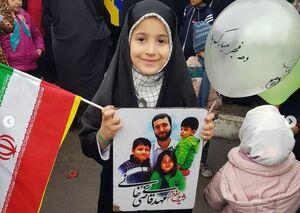 تصویر فرزندان شهدای مدافع حرم در راهپیمایی