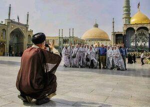 عکس گرفتن یک روحانی از توریستها