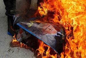 عکس/ آتش زدن عکس «ترامپ» در فلسطین