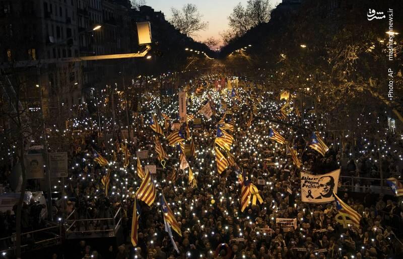 استقلالطلبان کاتالونیا دست به تظاهرات و راه بندان در بارسلونا زدند