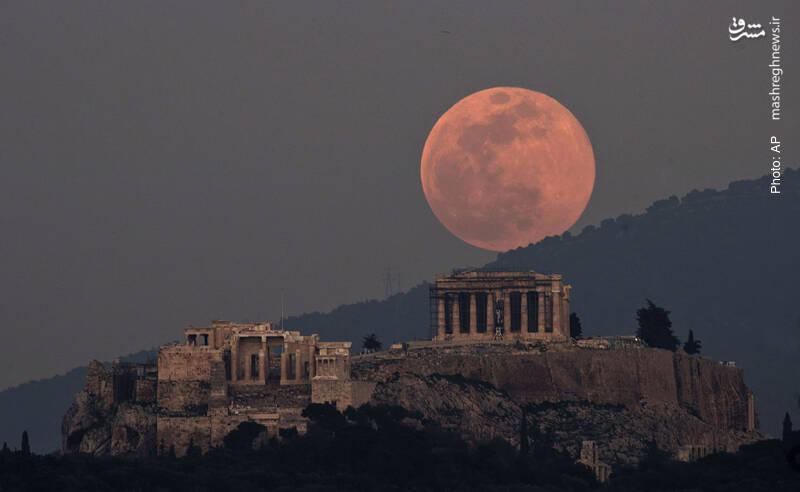 ماه بر فراز آکروپلیس