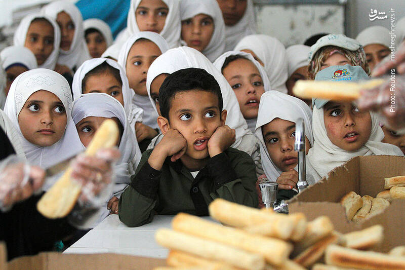 توزیع غذا در یکی از مدارس صنعا