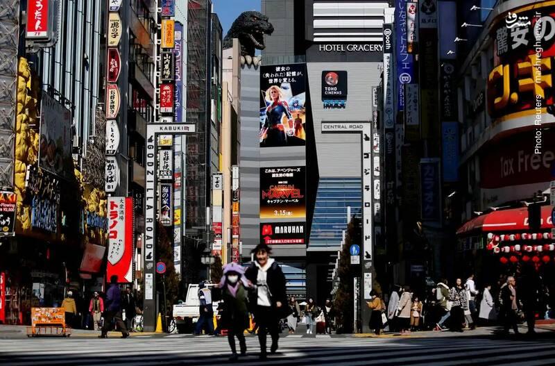 سرککشیدن گودزیلای فیلمهای قدیمی ژاپن از فراز یک سینما در توکیو