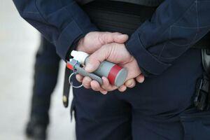 فیلم/ پاسخ اشکآورِ پلیس به معلول فرانسوی!
