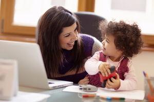 قوانین انگلیس زنان را به خانهداریِ بیشتر تشویق میکند