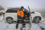 فیلم/ زمین گیر شدن خودروها در جاده برفی