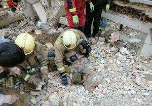 گرفتار شدن کارگر زیر آوار ساختمان ۲ طبقه + تصاویر